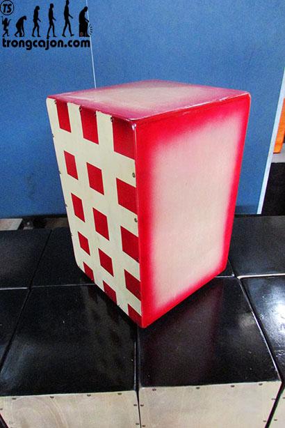 Nhìn xéo trống cajon cj90 caro đỏ